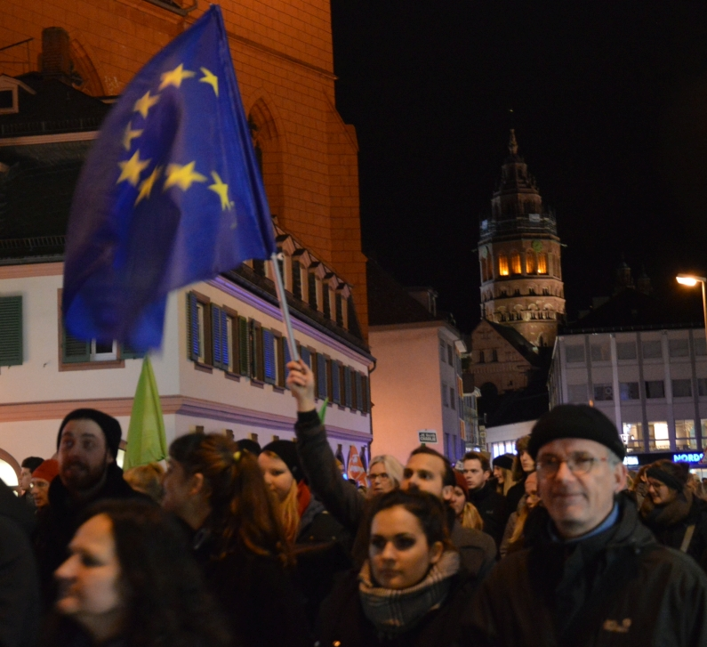 Europafahne-bei-Anti-Pegida-Demo-in-Mainz