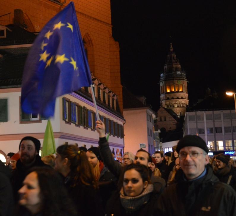 Europafahne-bei-Anti-Pegida-Demo-in-Mainz